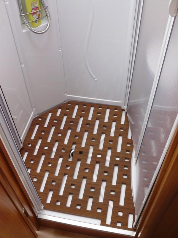 Caillebotis douche sur mesure un bac douche en ardoise et galets with caillebotis douche sur - Cabine de douche pour camping car ...